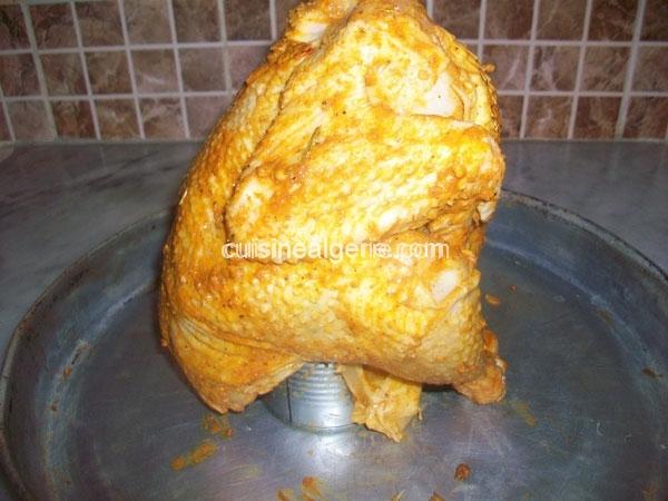 Poulet rôti sur une boite de conserve
