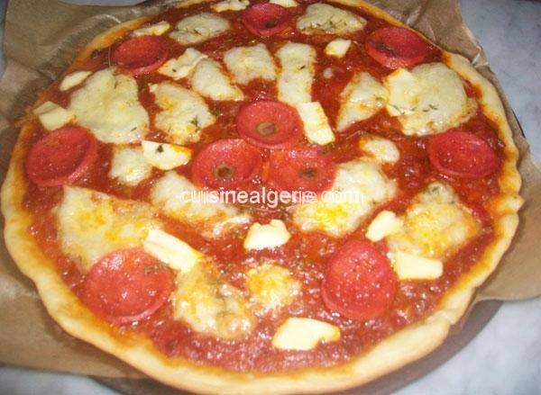 Pizza au fromage mozzarella et pâté