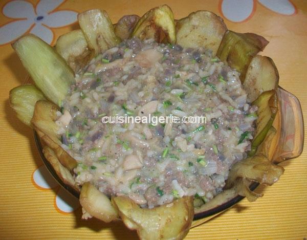 Maqlouba d'aubergine à la viande hachée et sauce tomate